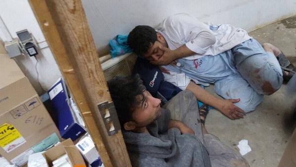 Mitarbeiter des MSF, die nach dem Luftangriff unter Schock stehen.