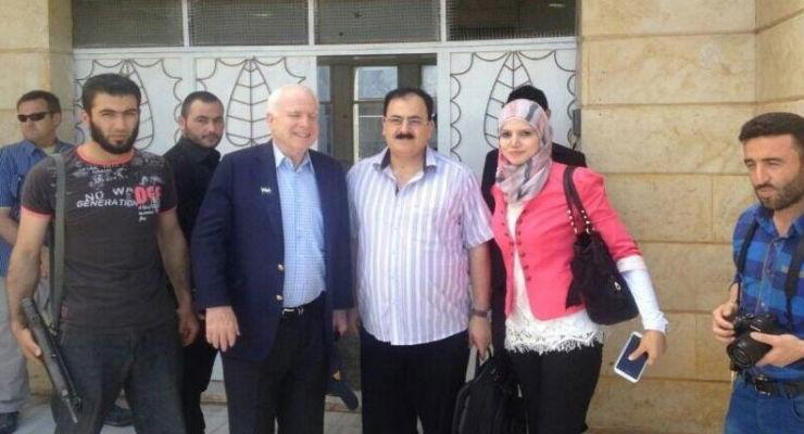 Und hier nochmal: US-Senator John McCain mit ISIS Gründer und Führer Abu Bakr Al-Baghdadi