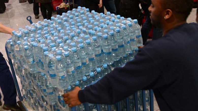 Je zwei Liter Trinkwasser pro Person und Tag sollten die Deutschen künftig vorrätig haben. So steht es im Notfallplan des Bundesinnenministeriums.