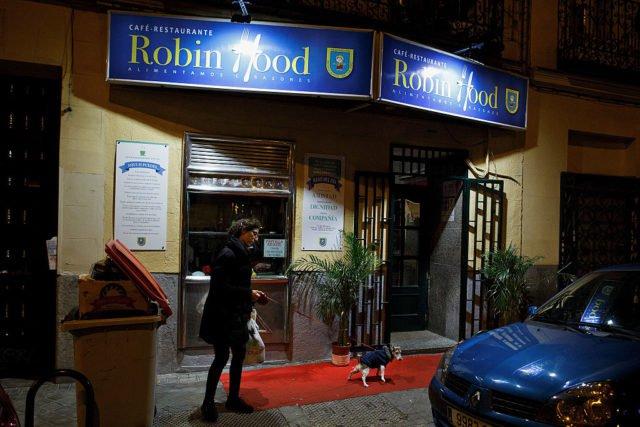 """Robin hood"""" in madrid: hier zahlen die reichen und essen die armen"""